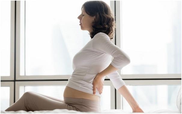 Болит низ спины у женщины: причины и методы терапии